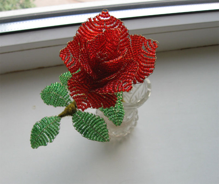 Это уже вторая роза, которую сделала Саша.  Эта уже сделана на заказ, к дню рождения бабушки)).  Схема плетения розы.