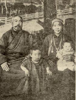 Папа Тушемилов с женой и детьми
