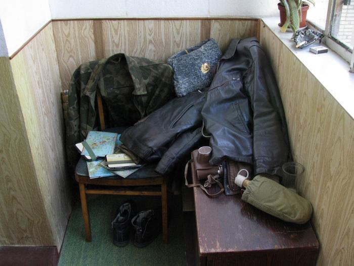 Кожанные куртки брошенные в угол... (700x525, 153Kb)