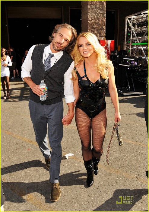 britney-spears-billboard-awards-with-jason-trawick-01 (494x700, 123Kb)