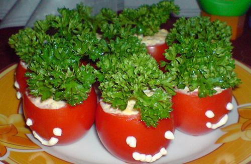 Закуска из помидоров и сваренных вкрутую яиц с начинкой.