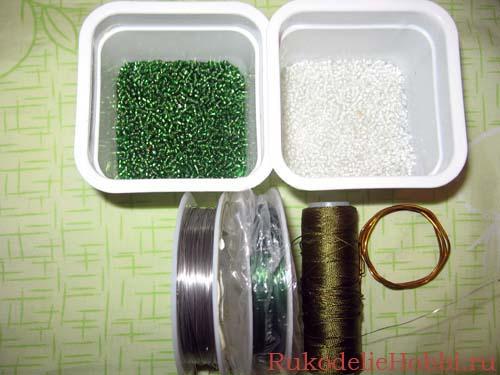 Для этого чуда из бисера понадобится: бисер белого (розового, красного и т.д.) и зеленого цветов, проволока зеленого...