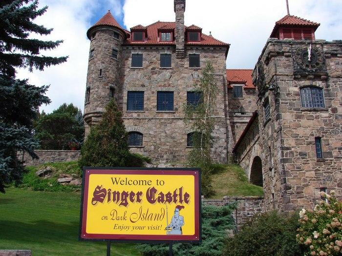 Замок Зингера (Singer Castle) на острове Дарк-Айленд (Dark Island) (Канада) 81662