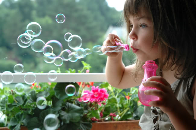 GIRL-BLOWING-BUBBLES (650x432, 46Kb)