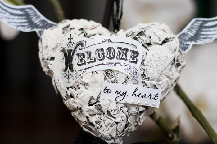Стильная подвеска-валентинка из газет к 14 февраля