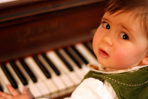 Baby-playing-piano-in-the-photo (500x333, 89Kb)