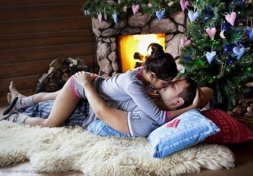 Влюбленная-пара-по-новогодней-елкой (500x348, 62Kb)