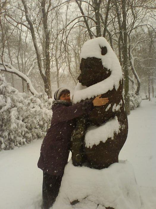 зима, в обнимку с медведем (525x700, 296Kb)