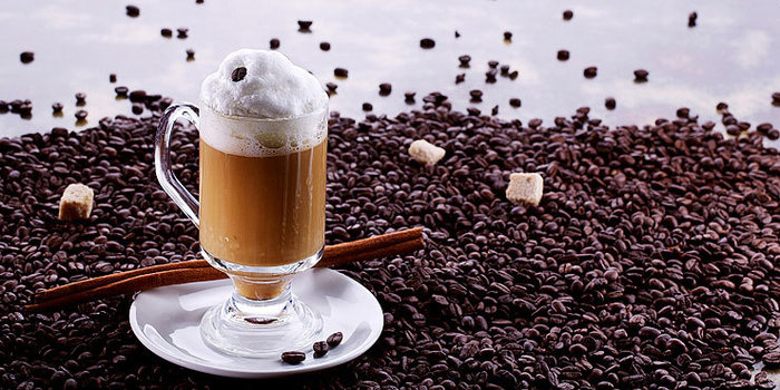 pic.7223.3.740x370  Иногда нет ничего притягательнее насыщенного аромата хорошего кофе. Любителям сочетать кофе с ромом понравится этот коктейль. Причем его можно подавать охлажденным знойным летним днем или подогретым морозным зимним вечером. Все будет зависеть только ото льда. (700x350, 101Kb)