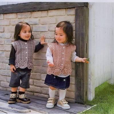 Вязаный жилет для девочки.
