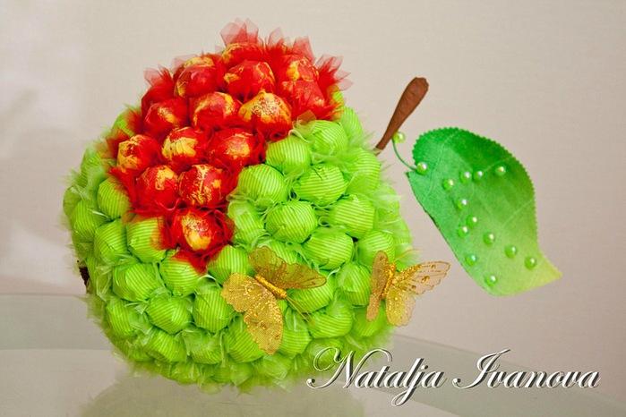 Яблоко из конфет