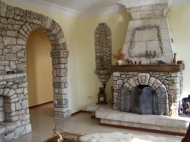 Камин в интерьере жилья.