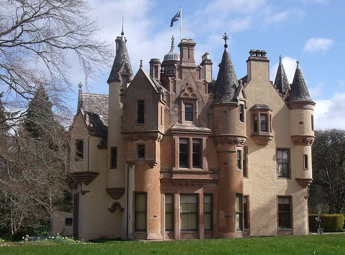 800px-Aldourie_Castle_-_on_the_shore_of_Loch_Ness_Inverness_Scotland_2 (700x517, 91Kb)