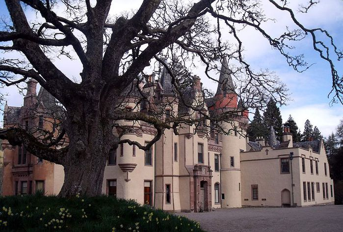 800px-Aldourie_Castle_-_on_the_shore_of_Loch_Ness_Inverness_Scotland_3 (700x472, 100Kb)