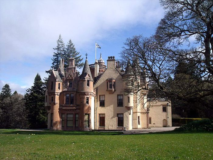 800px-Aldourie_Castle_-_on_the_shore_of_Loch_Ness_Inverness_Scotland (700x525, 100Kb)