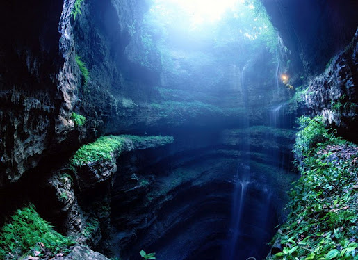 В Пещере Ласточек множество пологих откосов и ступенчатых переходов. Так что спускаться, а уж тем более осуществлять подъем, по склонам – сложная задача. (515x374, 79Kb)