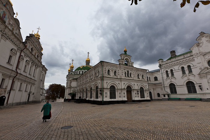 1 Еще инетовские фото лаврской Трапезной церкви (700x466, 113Kb)