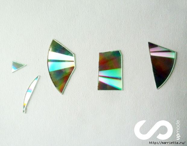 Отделка рабочей стены на кухне мозаикой из компакт-дисков