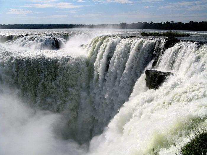 2-Водопады РДля туристов здесь оборудованы специальные смотровые площадки, проложены автомобильные и пешие маршруты, построены десятки кемпингов и отелей. Большинство водопадов расположены на территории Аргентины, но с бразильской стороны открывается замечательный вид на самый большой водопад комплекса - «Горло дьявола». На территории комплекса Игуасу находятся национальные парки, где можно полюбоваться живой природой.<br/><br/>1.<br/><img src=
