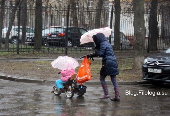 Мама с детской коляской под дождем (700x480, 67Kb)