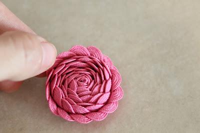 Украшаем заколку цветами из ленты зигзаг (4) (400x267, 75Kb)