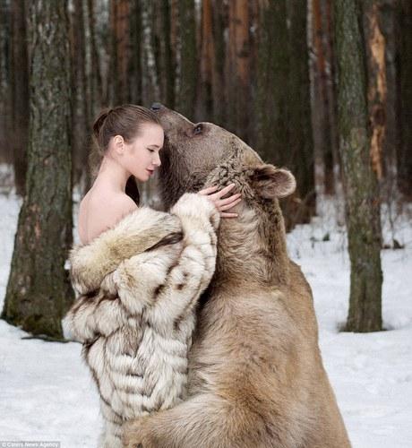 фотосессия в обнимку с медведем 1 (460x500, 191Kb)