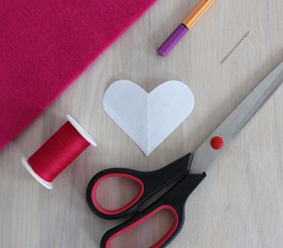 Фетровое сердечко - закладка для книжки (1) (400x350, 87Kb)