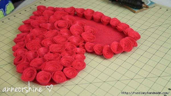 Декор подушки сердцем с розочками из фетра (7) (600x338, 103Kb)
