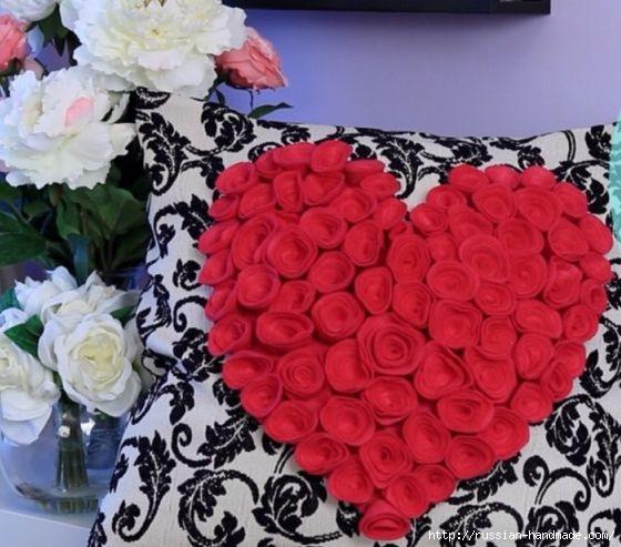 Декор подушки сердцем с розочками из фетра (9) (560x493, 160Kb)