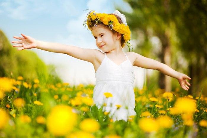 Girl_in_field_dandelions_-_iStock (700x465, 55Kb)