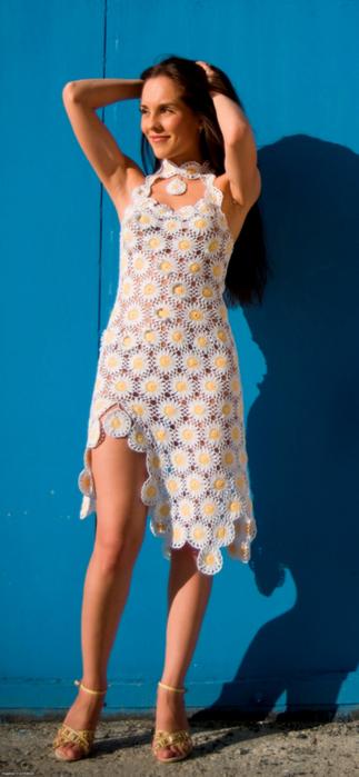 Вязанное платье из ромашки крючком