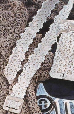 Женской пояс связан крючком.  Благодаря белому цвету и ажурной вязке пояс выглядит особенно нарядно.