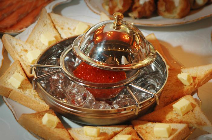Икра зернистая лососевая на льду икра лососевая, тосты, масло сливочное (700x465, 146Kb)