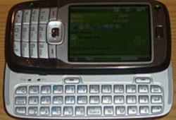 Cмартфон имеет клавиатуру как для телефона так и выдвижную компьютерную (250x170, 101Kb)