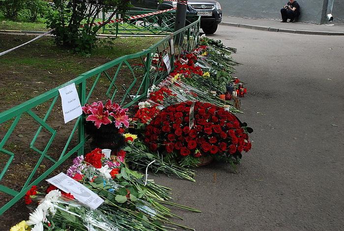 Цветы на месте убийства полковника Юрия Буданова dsc_0026 (700x470, 220Kb)