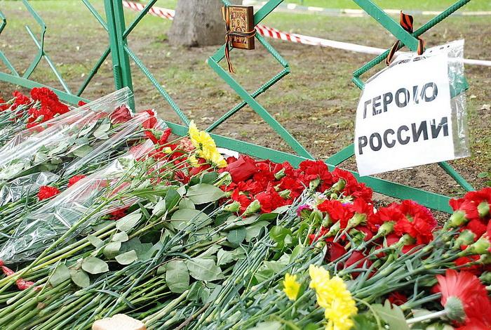 Цветы на месте убийства полковника Юрия Буданова dsc_0033 (700x470, 246Kb)