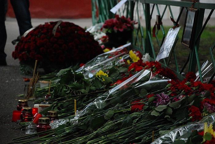Цветы на месте убийства полковника Юрия Буданова dsc_0035 (700x470, 164Kb)