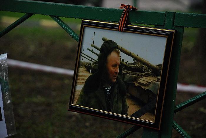Цветы на месте убийства полковника Юрия Буданова dsc_0038 (700x470, 116Kb)