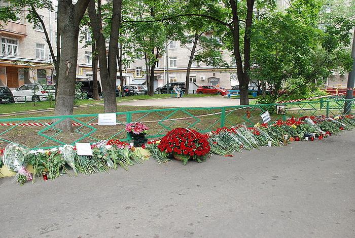 Цветы на месте убийства полковника Юрия Буданова dsc_0042 (700x470, 235Kb)