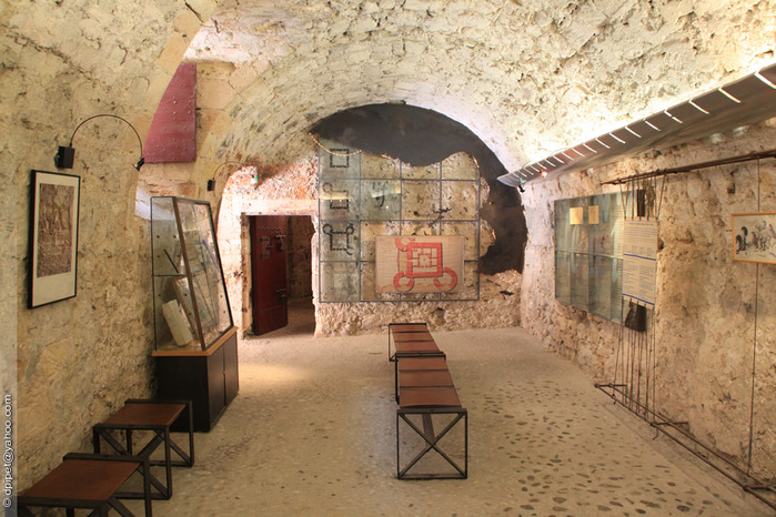 внутри башни небольшой музей (700x466, 156Kb)