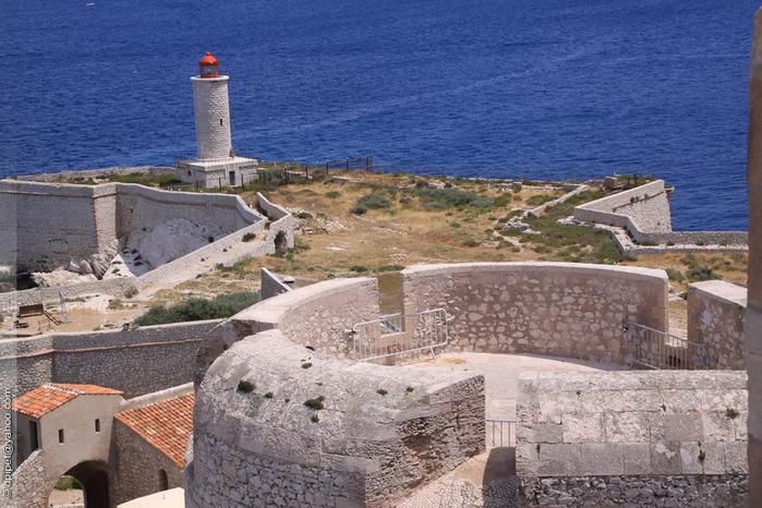 Башня Святого Жауме замка Иф, двери флорентийского, и маяк на острове (700x466, 254Kb)