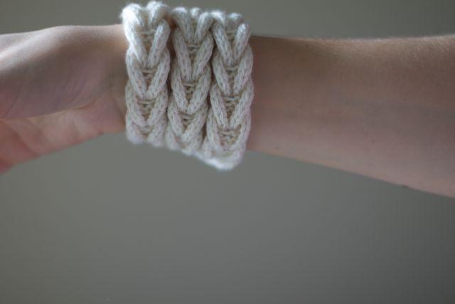 Как связать браслет на спицах для начинающих