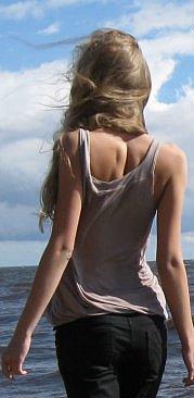 Фото русой девушки со спины скачать