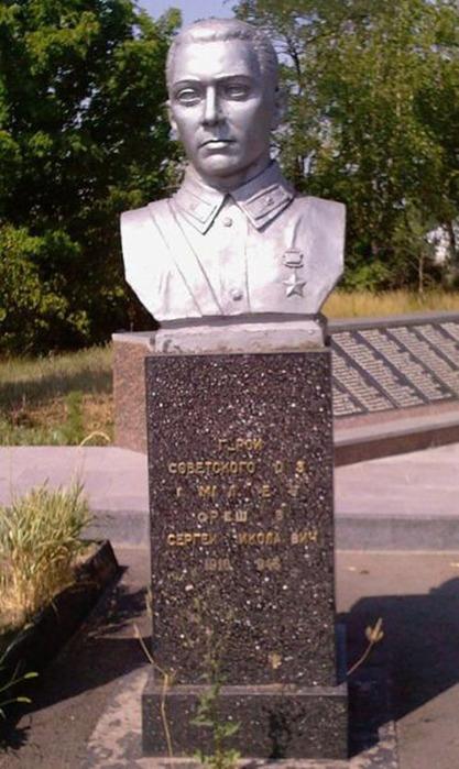 Взвод Орешкова получил задание: уничтожить вражескую огневую точку.  Бойцы приблизились к опорному пункту и...