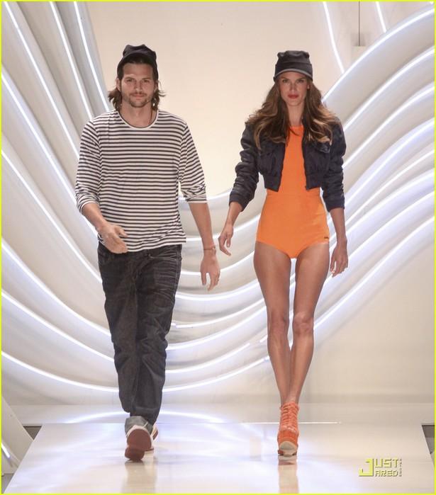 ashton-kutcher-alessendra-ambrosio-colcci-fashion-show-03 (615x700, 88Kb)