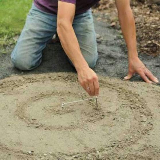 Для того, чтобы сделать мозаику крепче, необходимо закопать первые камни в смеси на треть.