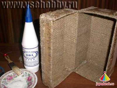 Внутреннюю часть шкатулки декорируем тканью