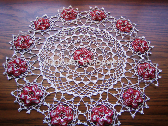 Салфетки с бисером, связанные крючком.  При вязании таких салфеток бисер набирается на нитку, считая по схеме от...