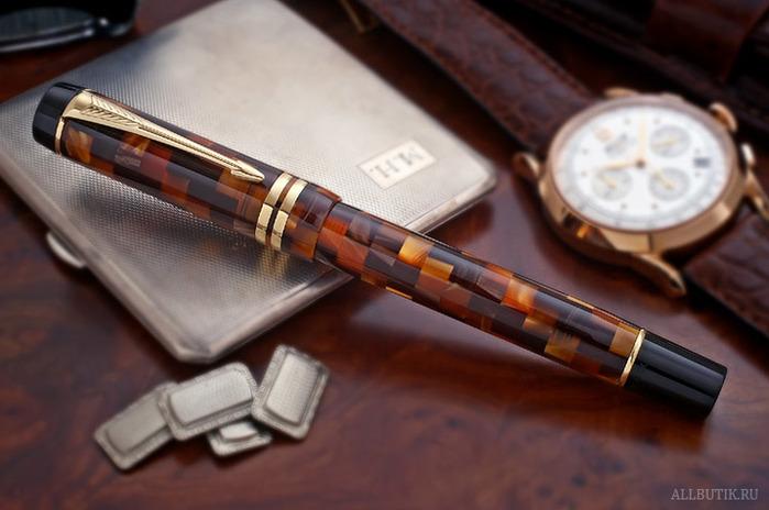 Для уникальной отделки ручек применяется сплав золота и нитрида титана, а характерное фирменное мерцание.