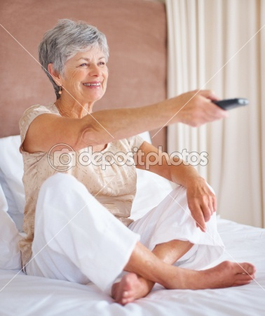 dep_3363080-Smiling-elderly-woman-in-bed-watching-television[1] (378x450, 50Kb)